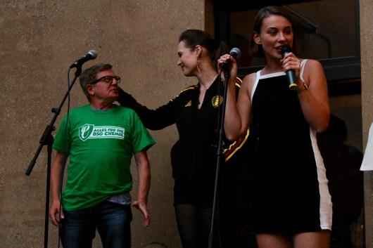 Applausabstimmung zwischen Jessy und Werner beim Fußball Slam Juni 2018 Beyerhaus Leipzig Topical Island Poetry Slam