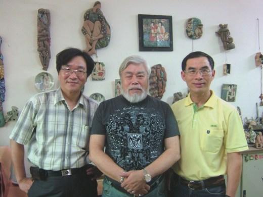 陶藝家曾永鴻(右)與好友孫國祥及王樂群合影