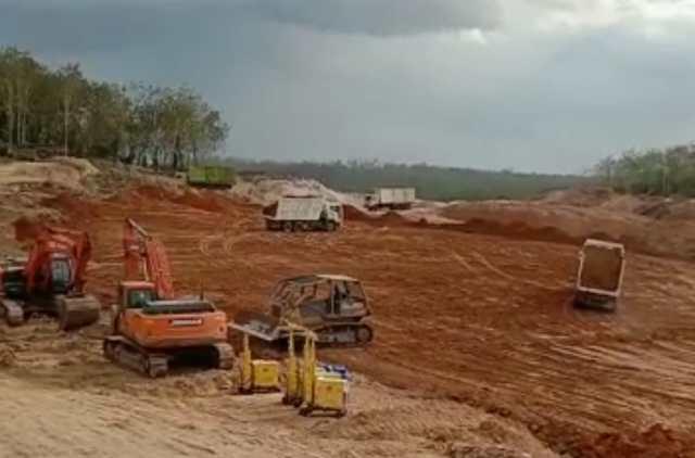 PROSES PRODUKSI : Salah satu proses produksi batu bara oleh PT Damai Mitra Cendana (DMC) di lokasi tambang di Mataraman, Kabupaten Banjar, Kalsel.