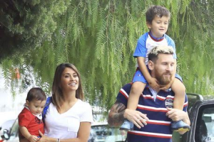 lionel-messi-picks-up-his-son-from-school-2