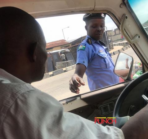 Police Officer Caught On Camera Collecting Bribe In Lagos (Photos)