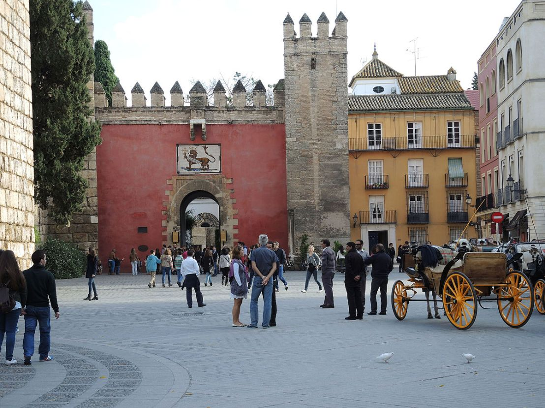 Puerta_del_León_Alcazar_Seville_Spain