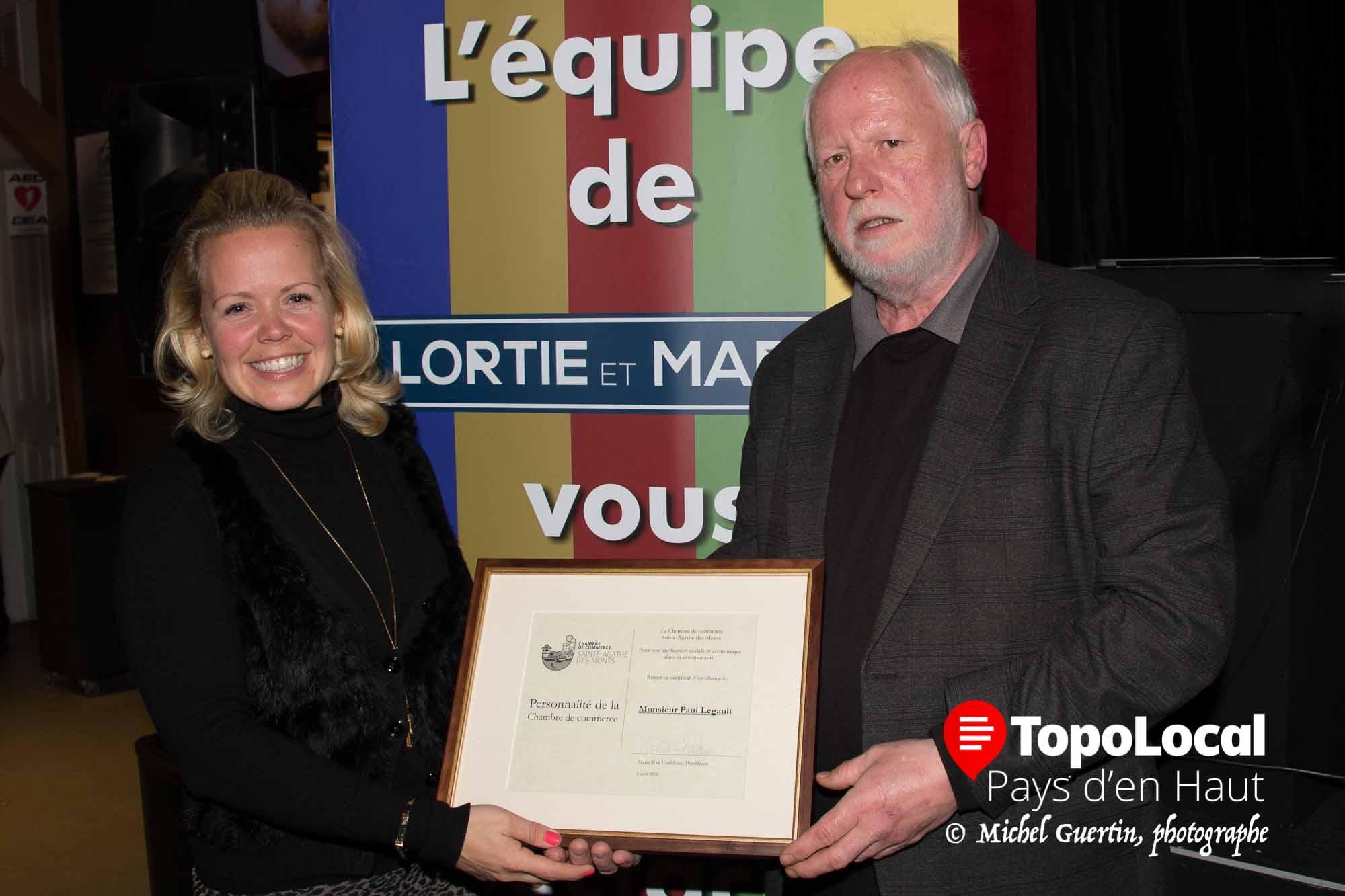 La chambre de Commerce de Sainte-Agathe en a profité pour nommer sa première personnalité de l'année : Paul Legault, président du Conseil d'administration du Patriote, qui reçoit ici sa plaque de la présidente de la Chambre Marie-Ève Chalifoux.