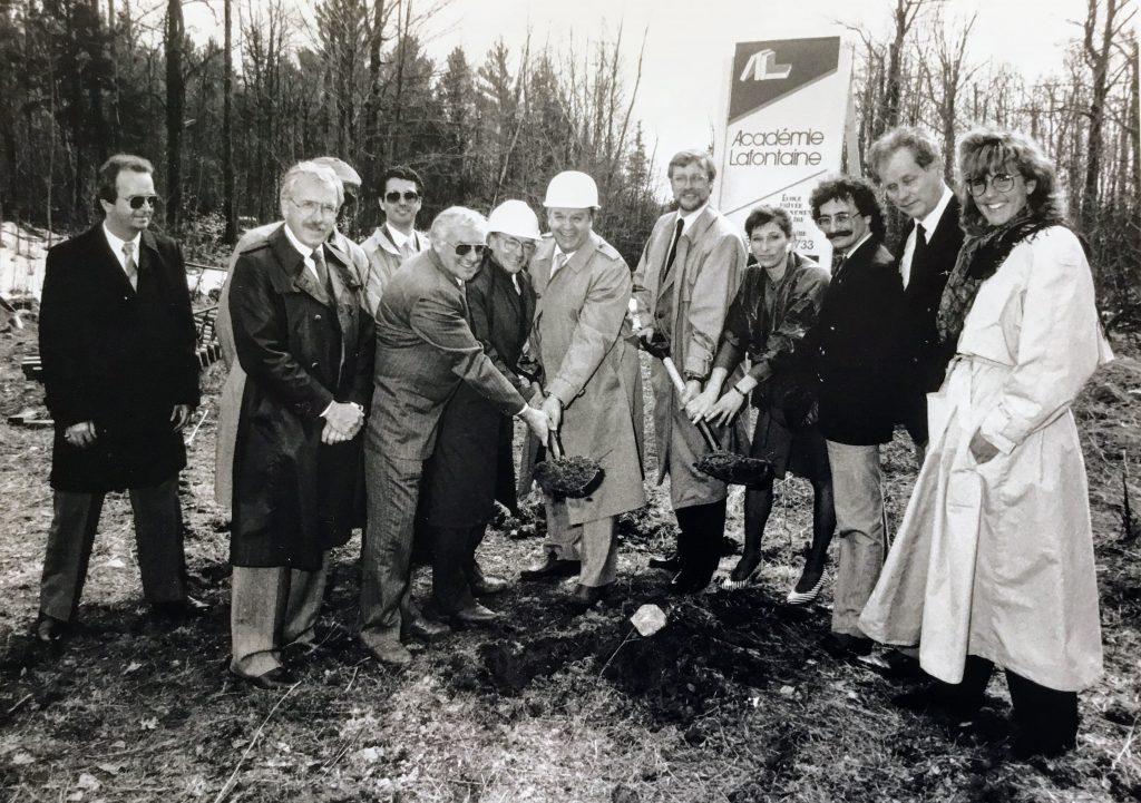 Le lancement officiel des travaux de construction de l'Académie Lafontaine en 1987. Son initiateur Yvon Robert, 2e à droite, est entouré de plusieurs dignitaires et partenaires, dont le député Paul André-Forget, au centre.