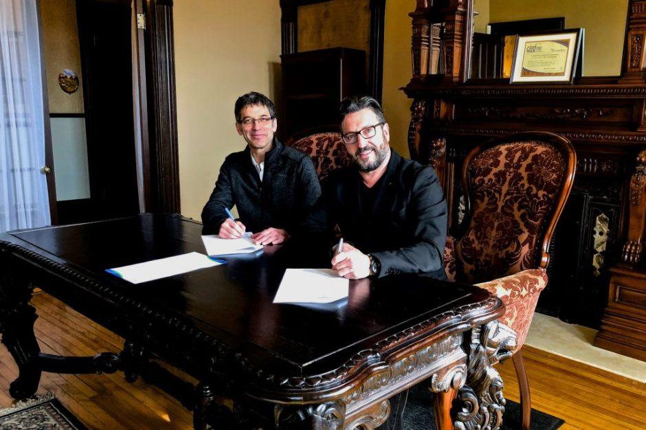 Roger Hotte, directeur général de la MRC et Bruno Laroche, préfet de la MRC et maire de Saint-Hippolyte, signant l'acte de vente de la Maison Prévost, le 30 avril 2018, à la Maison Prévost.