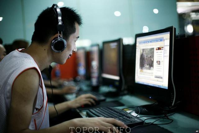 Азиат за компьютером