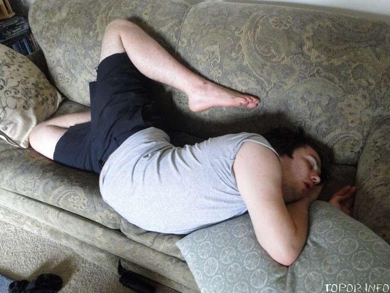 Явно неидеальная поза для сна