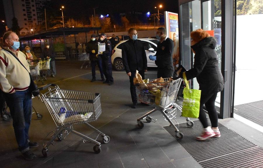 Министар Стефановић обишао продавнице у којима су куповали пензионери