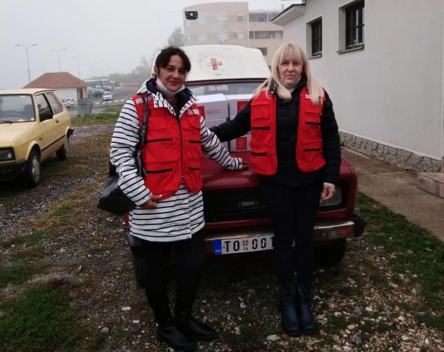 """Црвени крст Топола обележио """"Светски дан хране"""": Подељени пакети помоћи најугроженијима"""