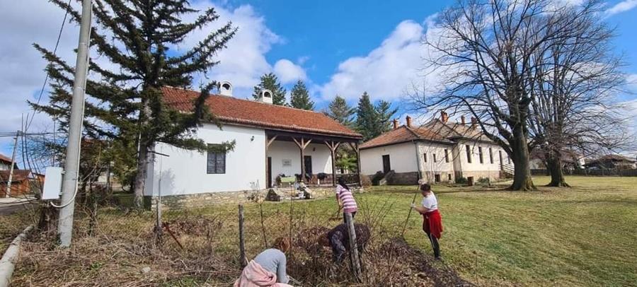 Све се може кад се комшије сложе: Мештани Овсишта сређивали Домановићеву кућу и Дом културе