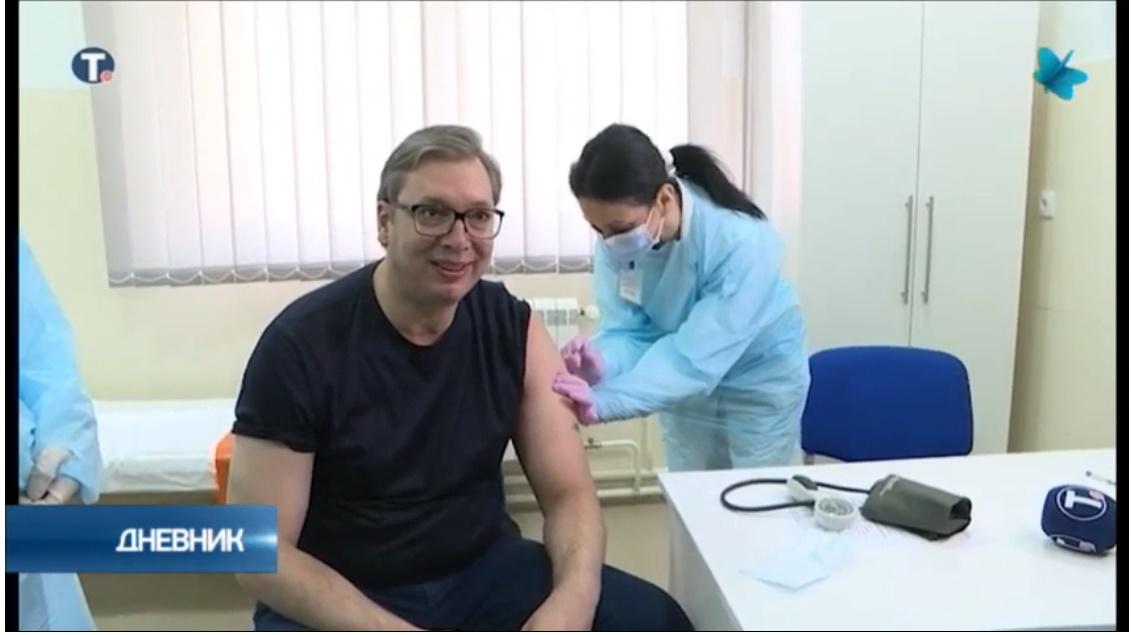 Председник Вучић у Рудној Глави примио вакцину, докторке га сачекале, а он им донео цвеће