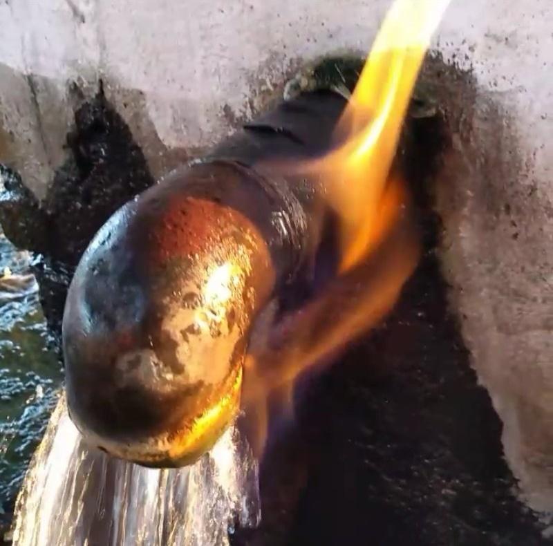 На северу Србије, мештани уместо обичне добили воду која гори и лечи