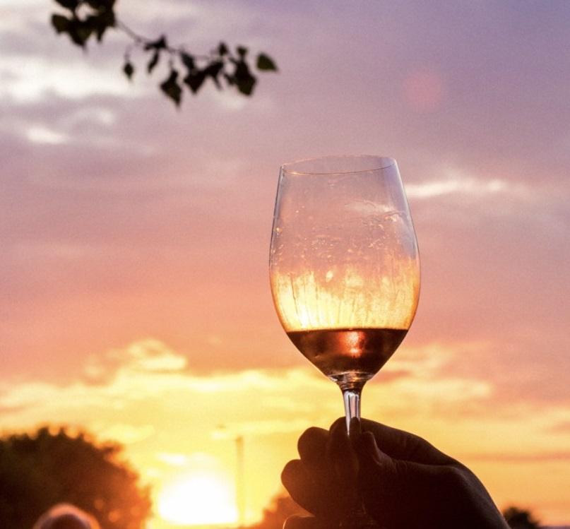 Млада Чачанка осмислила фестивал: На обали Мораве одржава се West Wine Fest, представљају се српске и регионалне винарије
