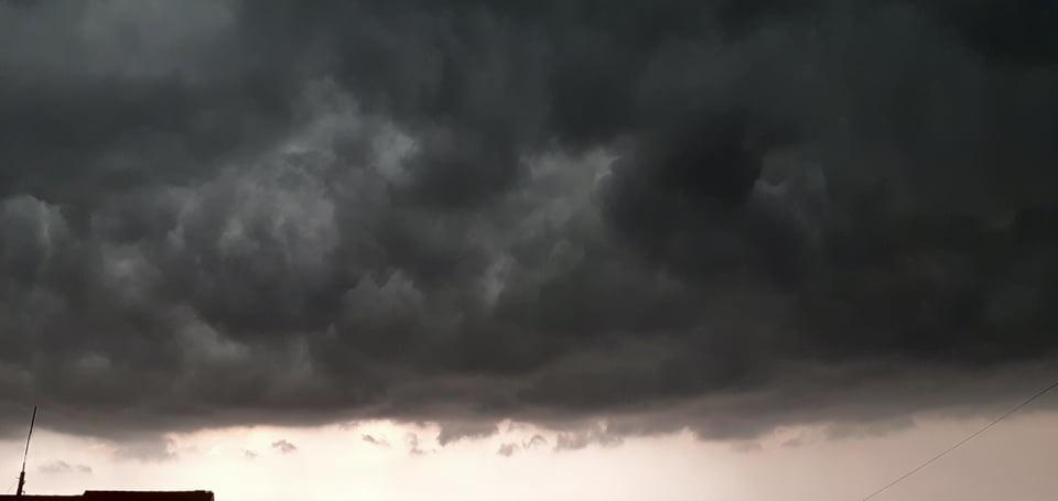 Црни облаци надвили се над Тополом: Обилна киша и град причинили штету у бројним домаћинствима