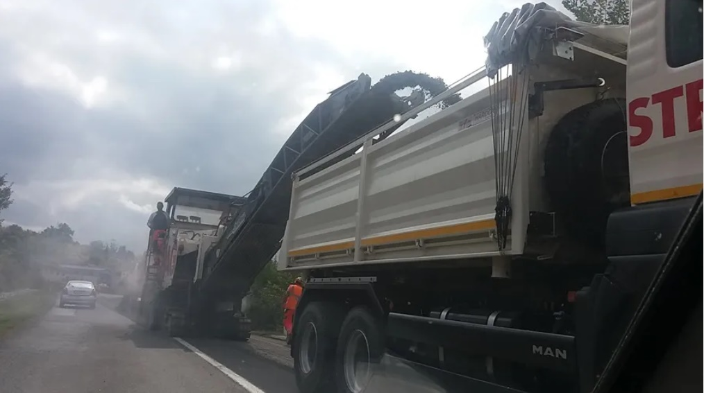Стругана асфалтна маса распоређена за три путна правца