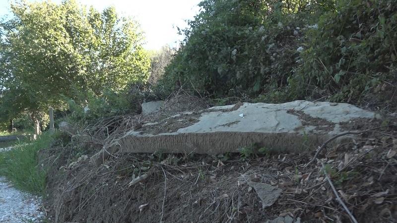 Споменици и гробови оскрнављени, преко њих насут пут, језив призор на гробљу у Чачку