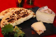 Naans à la tomme de Savoie farcis au poulet et épices tandoori