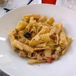Salade de pâtes au poulet tomates séchées, olives et pesto