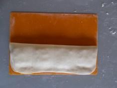 on rabat la pâte sur la garniture