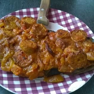 Tartine au rougail saucisse