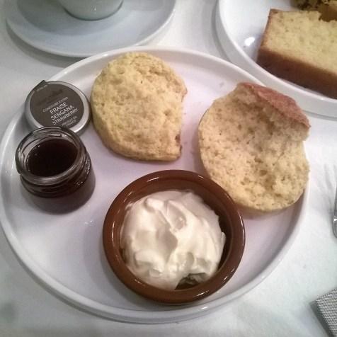 scone avec crème fraîche et confiture
