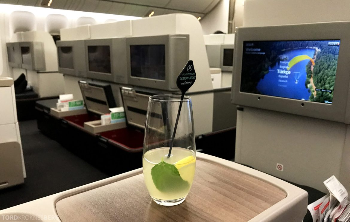 Turkish Airlines Business Class Istanbul Jakarta velkomstdrink limonade