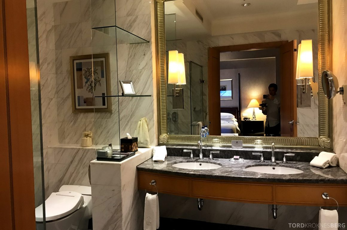 Ritz-Carlton Jakarta servant
