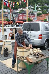 Bøkkeren i arbeid, frå Tretønna, Tønnegarden i Fusa