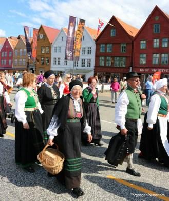 Nokre slutta seg til paraden undervegs