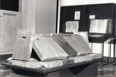 la tomba con lastre di pietra