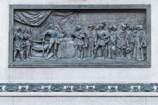 Bassorilievo del Caval ëd Bronz: il duca Testa di Ferro, reduce della vittoria di San Quintino e del conseguente trattato di Cateau Cambresis, si dirige verso la riconquistata Torino riponendo la spada nell'elsa