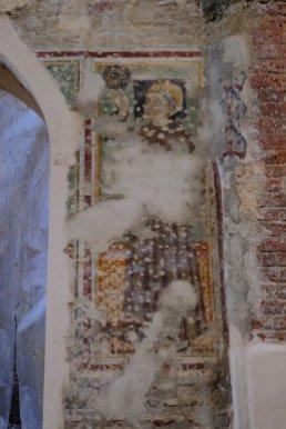 Durante i lavori di restauro sono recentemente riemerse colonne romaniche e un affresco medievale.