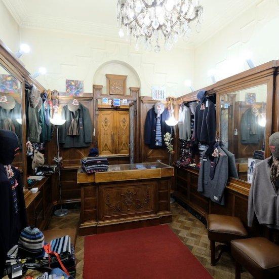 Sotto i portici dell'angolo Sud Est di piazza Castello si trovano due tra i caffè storici più celebri di Torino, Mulassano e Baratti. Quasi contiguo con quest'ultimo, diviso solo da un portone carraio, c'è un piccolo negozio che, in quanto a storia, non ha nulla da invidiare ai suoi prestigiosi vicini. È Barbisio, storico negozio di cappelli, moda maschile e accessori, attivo in questa sede, al civico 36, fin dal 1934.
