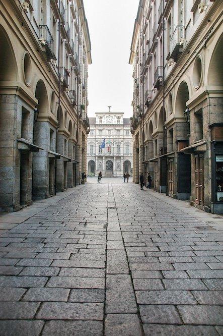 L'ultimo e risolutivo passo nella definizione della piazza è il suo «dirizzamento» a opera di Benedetto Alfieri, già previsto mediante biglietto regio del 1729 ma realizzato tra il 1756 e il 1758, non solo dettato da motivi di decoro ma facente parte di una complessiva politica di rigenerazione urbanistica.