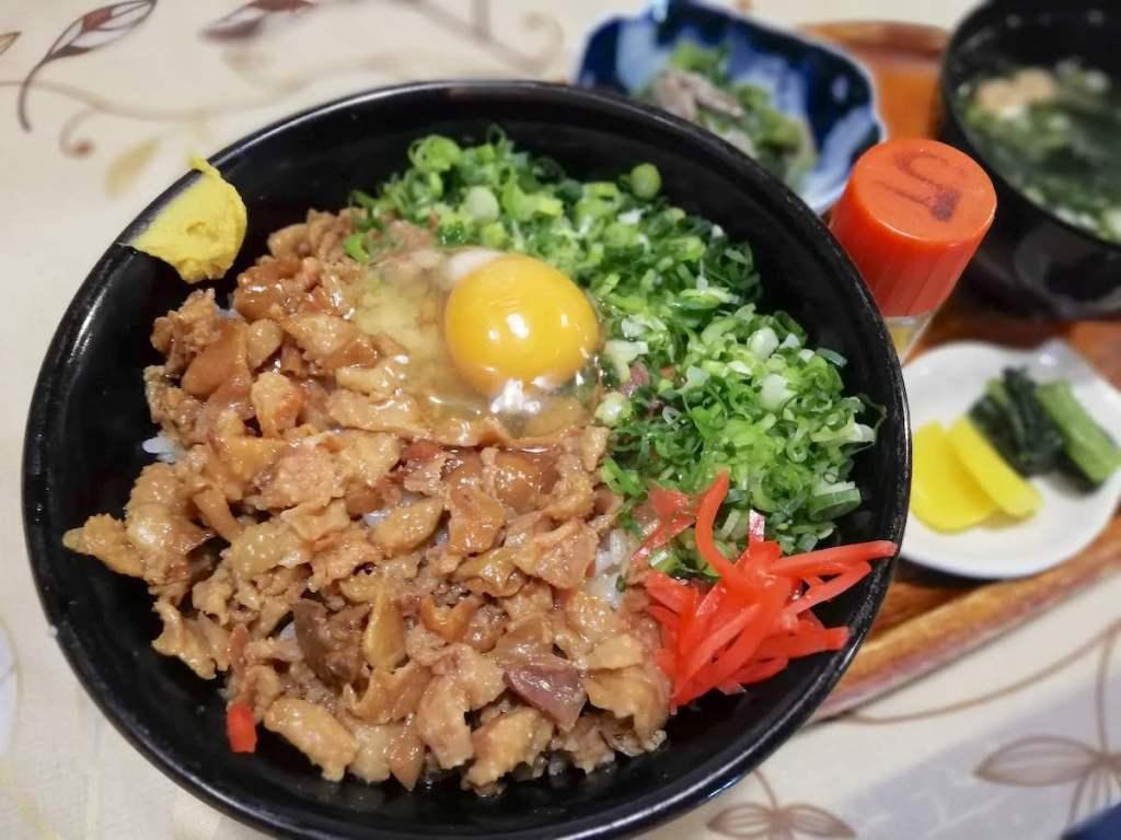 木次町老舗のお食事処おくいの絶品・たまご入り鶏モツ丼!