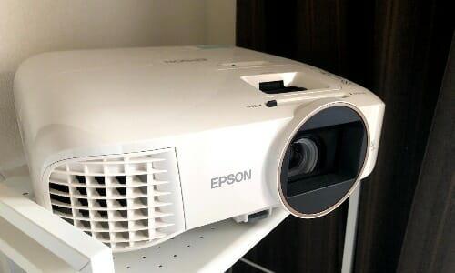 『EPSON EH-TW5650 レビュー』プロジェクター初購入。テレビとの比較・ゲームはできるのか…?
