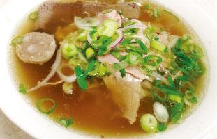 ◀Beef Noodle Soup ベトナムでは毎日といっていいほど食べられている定番料理。あっさりとした透明のスープにネギ、牛肉、玉ねぎといったシンプルなトッピング。お肉の種類や調理具合も選べ、モヤシやライム、ホットソースなどを各自で足しながら食べる。ここは24時間営業しているので、飲んだ後に麺類が食べたくなったらここに駆け込むっきゃない。 Pho Pasteur 525 Dundas St. W 416-351-7188