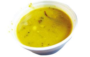 ◀Lentil Soup インディアン料理=カレーという人が多いと思うが、ここではレンティルスープが楽しめる。ターメリックの効いたスープにたくさんのレンティルが入っていてとてもヘルシー。辛い物好きの人はお店の人に伝えると赤唐辛子を入れてくれる。日本に馴染みのないスープ、是非カナダで味わってみてはいかがだろうか。 Indian Biriyani House 181 Dundas St. W / 416-340-1254  biriyanihouse.ca