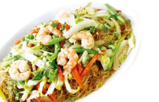 ◀Rice Vermicelli Noodles- Pancit Bihon Pancitは麺、Bihonはとても細いという意味。名前の通り非常に細いライスヌードルを使用しており、フィリピンでは祝い事には必ず食べられる人気定番メニュー。エビ、鶏肉、たっぷりの野菜を麺をシンプルな味付けで素材の味が楽しめる。あっさりしているので量が多そうに見えても一人で食べられる。もちろんシェアするにもおすすめだ。 CASA manila  879 York Mills Rd. /  416-443-9654 casamanila.ca