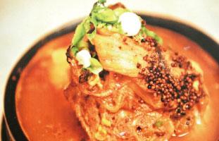 Gam Ja Tang がっつり骨付き肉の入ったスープ。時間を掛けてゆっくり煮込まれたお肉はほろほろと骨から外れる柔かさ。通常は辛くないスープだが、注文時にお願いすれば辛さの調節も可能。辛いものが好き、お肉が好き、がっつり食べたい人にぴったりの一品だ。 Hi There! 599 Bloor St. W / 416-792-5777