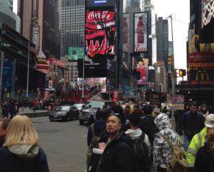 タイムズスクエアで息子と一枚。5ヶ月にしてニューヨークデビューするとは大した息子です。