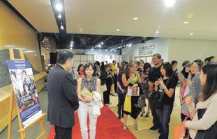 上映後、多くのファンが原田監督との写真撮影やサインを求めて並んでいた