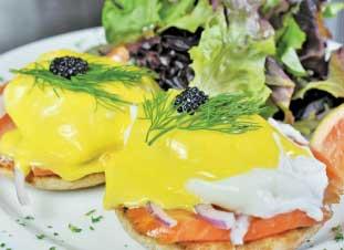 WEST COAST TOAST  - スモークサーモンを使った少しユニークなエッグベネディクト。サイドはホームフライかサラダか選べるので軽めの朝食を摂りたい人にもおすすめだ。