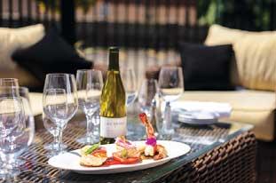 ワインはなんと150種類以上。お手頃なものからちょっと高価なものまで、幅広く用意されています。