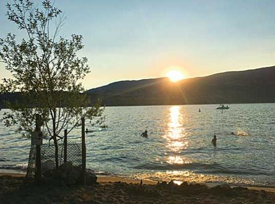 太陽が沈むオカナガン湖