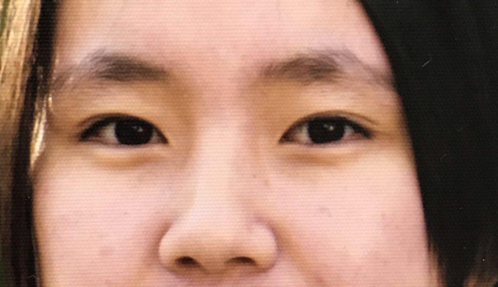 眉毛未手入れのボサボサ眉