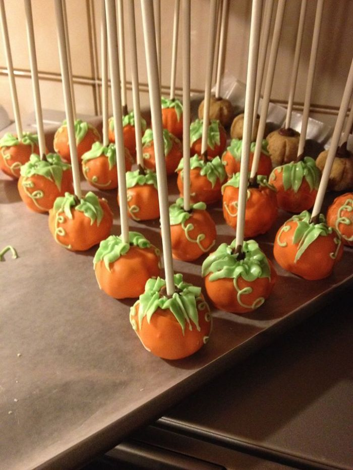 Pumpkins are in for the fall season, so Cake Heavenly created cake pops shaped as pumpkins.