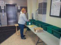 Volunteer food leader Andrea Klar helps set up the weekly Mobile Good Food Market at Mornelle Court.