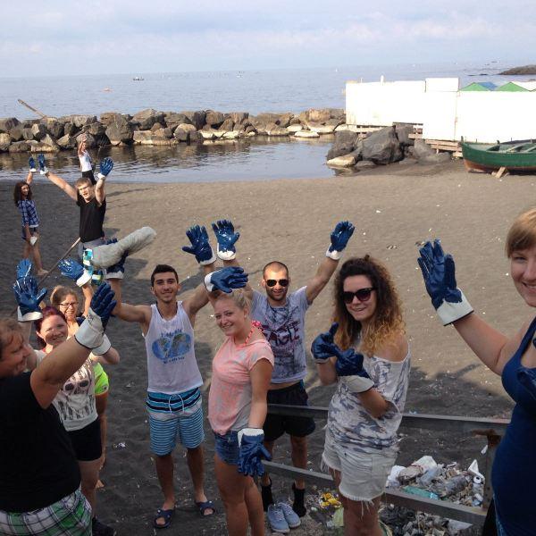 TdG ripulisce le spiagge con 30 volontari stranieri