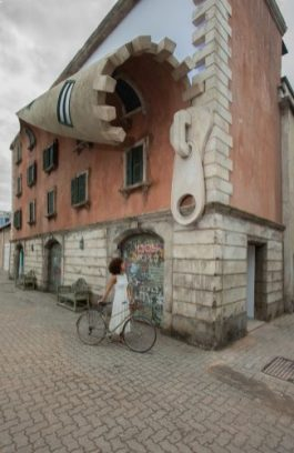 w._IQOS_World_revealed._by_Alex_Chinneck_A3_325x500